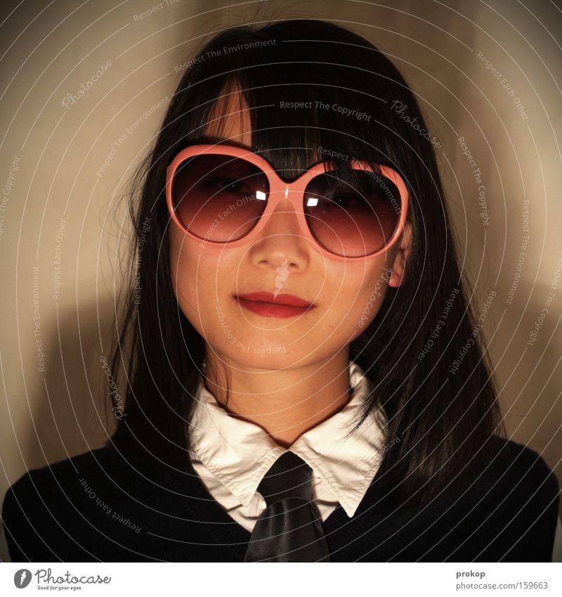 Darf's sonst noch was sein? Frau schön Stil rosa Asien Dienstleistungsgewerbe Freundlichkeit trashig Brille Sonnenbrille selbstbewußt rosarote Brille
