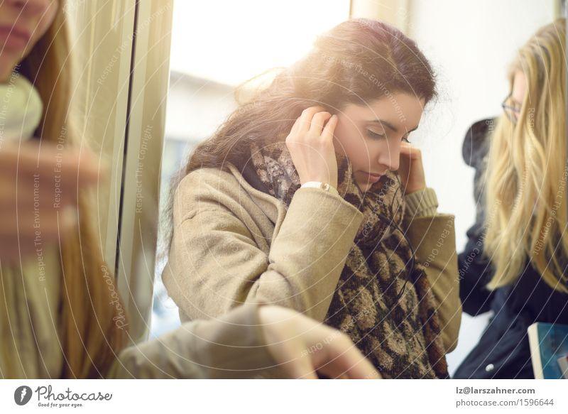 Schöne junge Frau, die Kopfhörer verwendet schön Entertainment Musik Telefon Technik & Technologie Erwachsene 3 Mensch 18-30 Jahre Jugendliche Mantel Schal