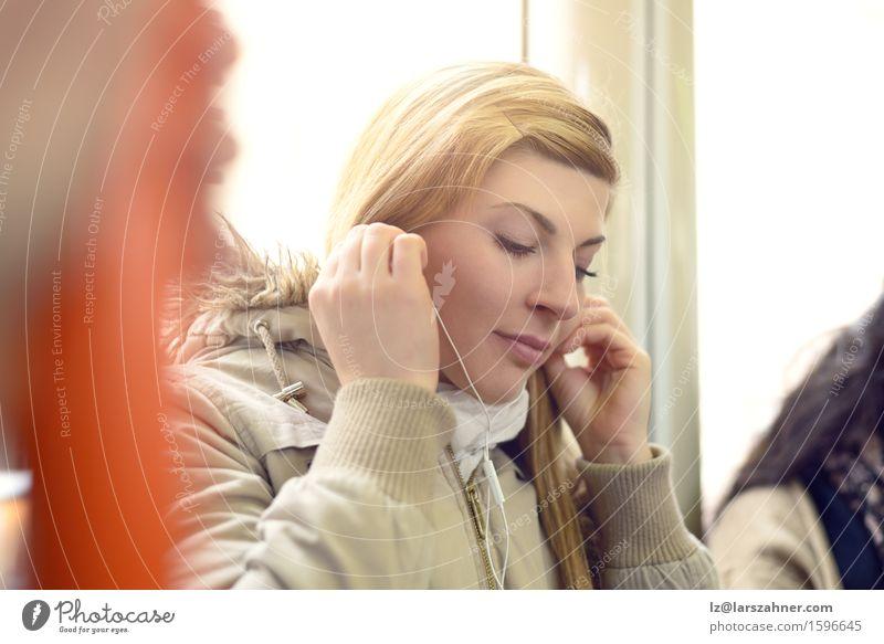 Schöne junge Frau, die Kopfhörer verwendet schön Entertainment Musik Telefon Technik & Technologie Erwachsene 1 Mensch 18-30 Jahre Jugendliche Mantel Schal