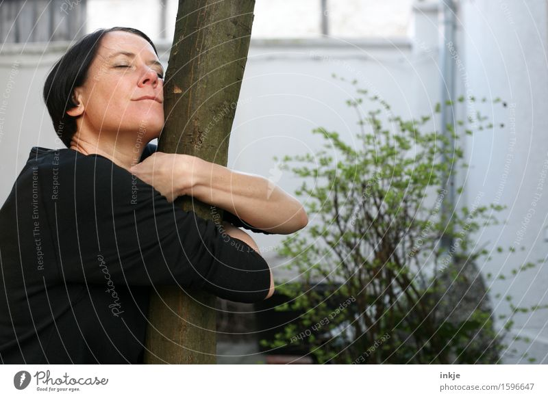 ohne Worte - mit Gefühl Lifestyle Freude Freizeit & Hobby Frau Erwachsene Leben Gesicht 1 Mensch 30-45 Jahre 45-60 Jahre Natur Frühling Sommer Baum Baumstamm