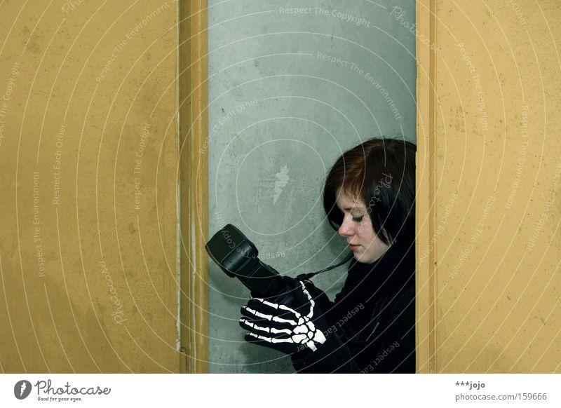 bones. [weimar 09] Frau schön schwarz Tod Denken Kunst Fotokamera Vergänglichkeit skurril Fotograf Künstler Fotografieren Gegenteil Skelett Kunsthandwerk