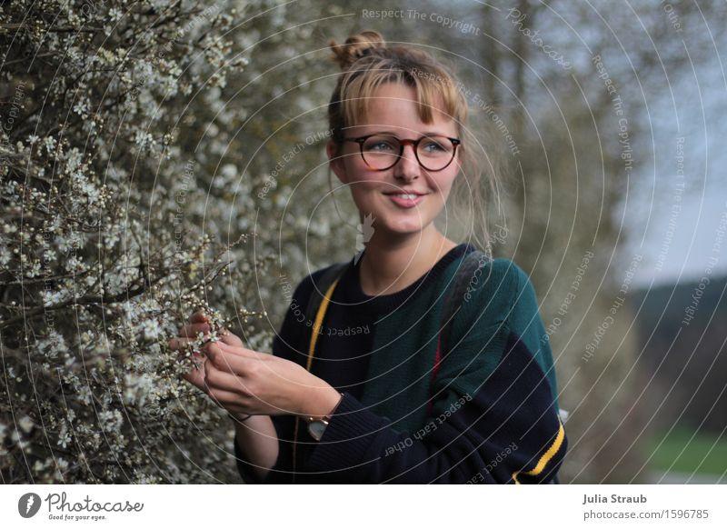 Frühlingsblüten Mensch Frau Natur Jugendliche schön grün weiß 18-30 Jahre Erwachsene Leben Blüte Wiese feminin Gesundheit Glück