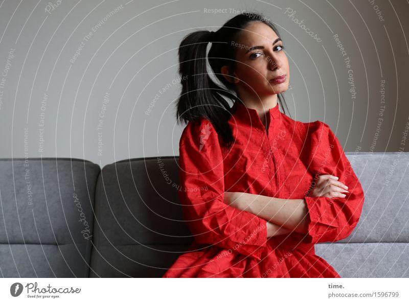. Mensch schön feminin Denken Kraft warten beobachten Coolness Schutz Sicherheit Kleid festhalten Mut Wachsamkeit Sofa langhaarig