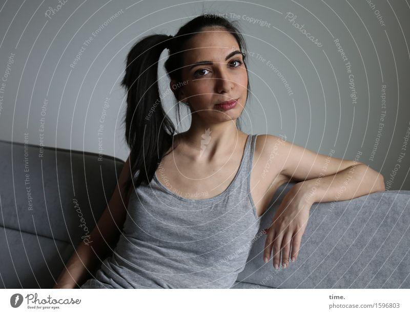 GizzyLovett Häusliches Leben Möbel Sofa T-Shirt schwarzhaarig langhaarig Zopf beobachten Denken Blick warten schön feminin Gefühle Stimmung selbstbewußt