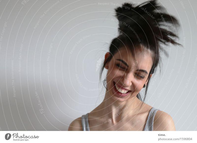 GizzyLovett feminin 1 Mensch Mauer Wand T-Shirt Haare & Frisuren schwarzhaarig langhaarig Bewegung drehen Erholung genießen lachen Fröhlichkeit Glück rebellisch