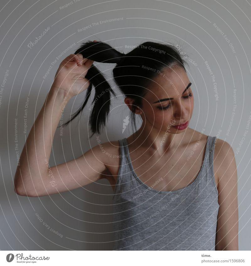GizzyLovett Mensch schön Einsamkeit dunkel Bewegung feminin Denken Zeit Stimmung träumen warten Wandel & Veränderung festhalten T-Shirt Leidenschaft langhaarig
