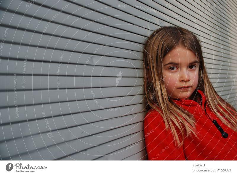 Blick Kind Mädchen Jugendliche Mensch Kopf Haare & Frisuren Perspektive Langeweile rot Porträt Jalousie Techno Hippie
