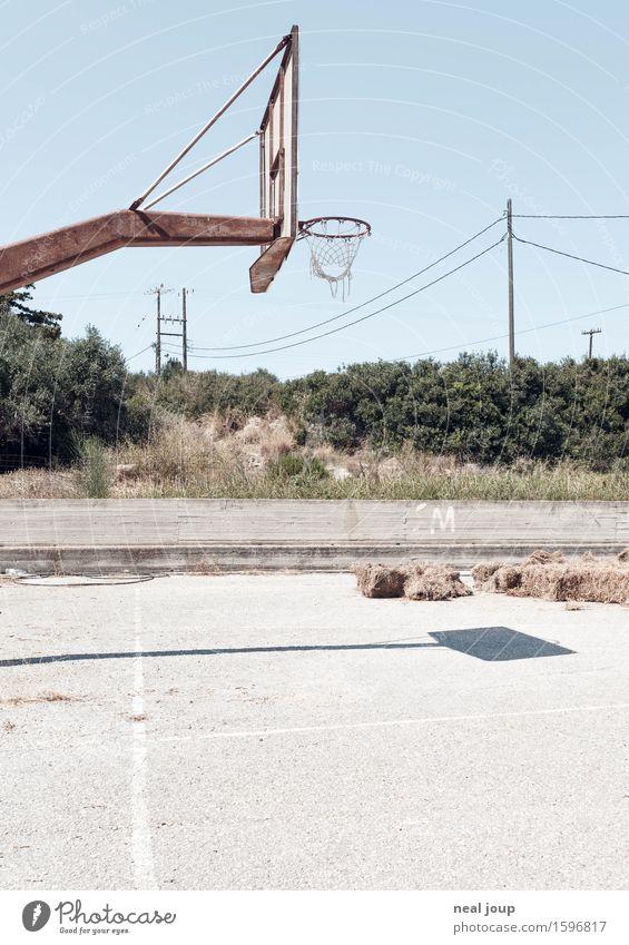 Let's do it -I- Basketball Basketballkorb Basketballplatz Kreta Dorf Menschenleer Beton warten heiß kaputt trist Langeweile Einsamkeit Resignation Armut