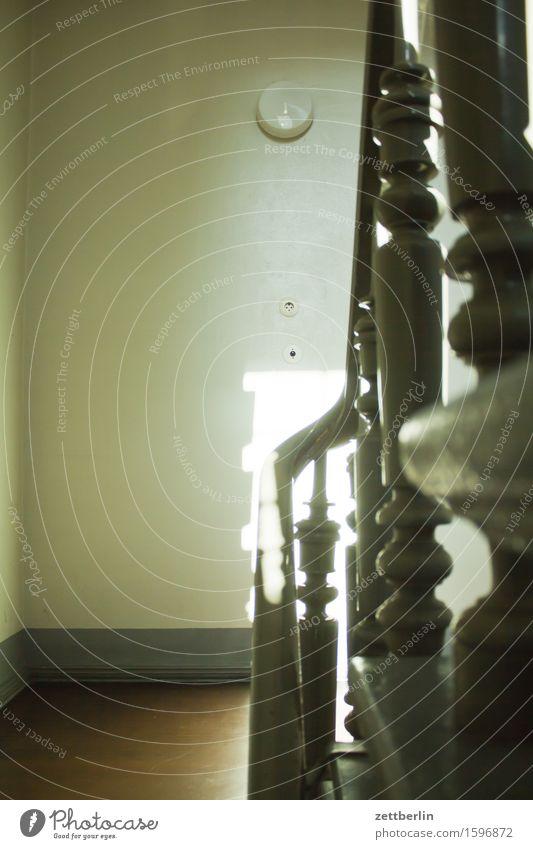 Treppengeländer Geländer Treppenabsatz Treppenhaus Niveau Häusliches Leben Wohngebiet Altbau Stadthaus Mieter aufwärts abwärts Karriere Wand Mauer Lichtschalter