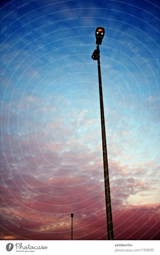 Standardlaterne Himmel blau Wolken rosa Laterne himmelblau
