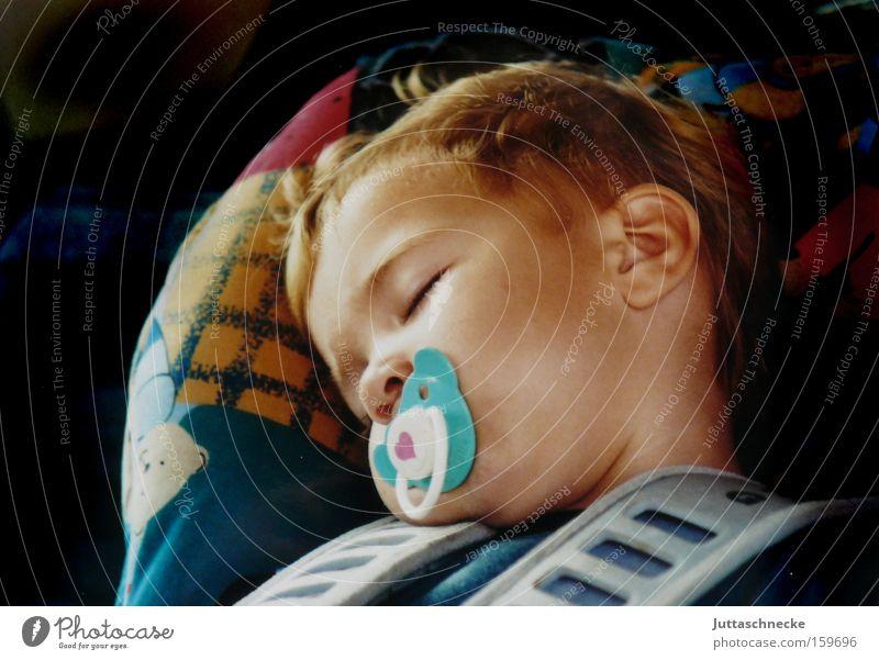 Kleiner Engel Kind Junge Baby Zufriedenheit schlafen Sicherheit süß Frieden Kindheit Müdigkeit Kleinkind Autofahren Geborgenheit Erschöpfung herzlich