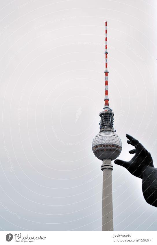 Griff Günstig blau Hand schwarz grau Berlin Geschwindigkeit bedrohlich Idee Turm planen festhalten Denkmal Hauptstadt Kugel Wahrzeichen Stadtzentrum