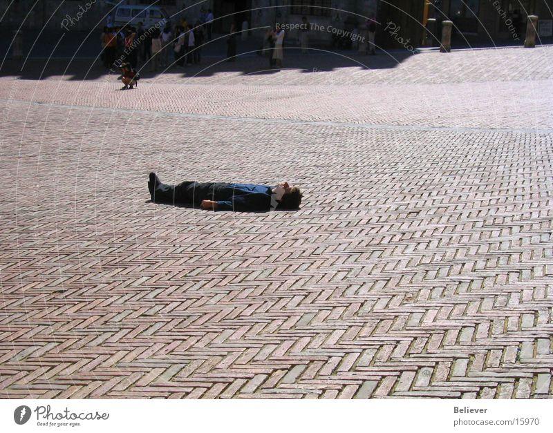 man on a floor Mann Sonne Sommer Einsamkeit Platz Bodenbelag liegen Toskana einzeln Italien Lucca