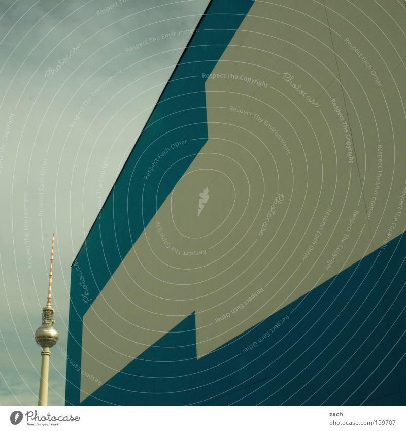 Kleiner Bruder Berliner Fernsehturm Stadt modern Architektur blau weiß Fassade Wand verstecken diagonal Wahrzeichen Denkmal Telespargel
