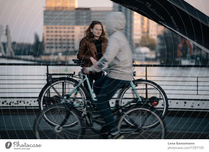 Zwei Fahrradfahrer- Still und in Bewegung sportlich ruhig Ferien & Urlaub & Reisen Tourismus Sightseeing Städtereise Fahrradfahren Feierabend Mensch feminin