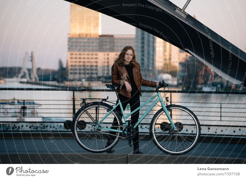 FAHRRADFRAU Ferien & Urlaub & Reisen Tourismus Sightseeing Städtereise Fahrrad Feierabend Mensch feminin Junge Frau Jugendliche Erwachsene 1 13-18 Jahre