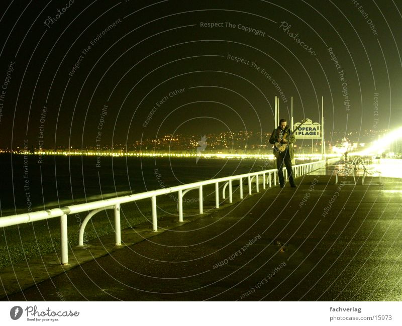 Gitarrenmann Mann Strand dunkel Gitarre Cote d'Azur Nizza Plage Uferpromenade