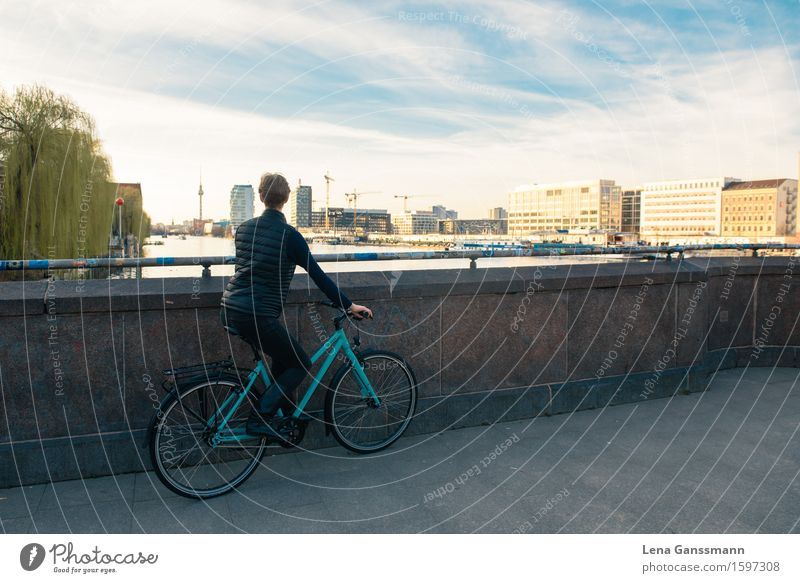 Fahrradfahrerin geniesst den Blick übe Berlin Mensch Stadt Erholung Freude Erwachsene Architektur feminin Sport Gebäude Deutschland Tourismus Ausflug Europa