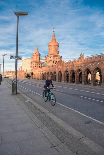 Oberbaumbrückenfahrradfahren Mensch Frau Himmel Jugendliche Junge Frau Wolken Erwachsene feminin Sport Berlin Tourismus Fahrrad Erfolg Fahrradfahren Beton