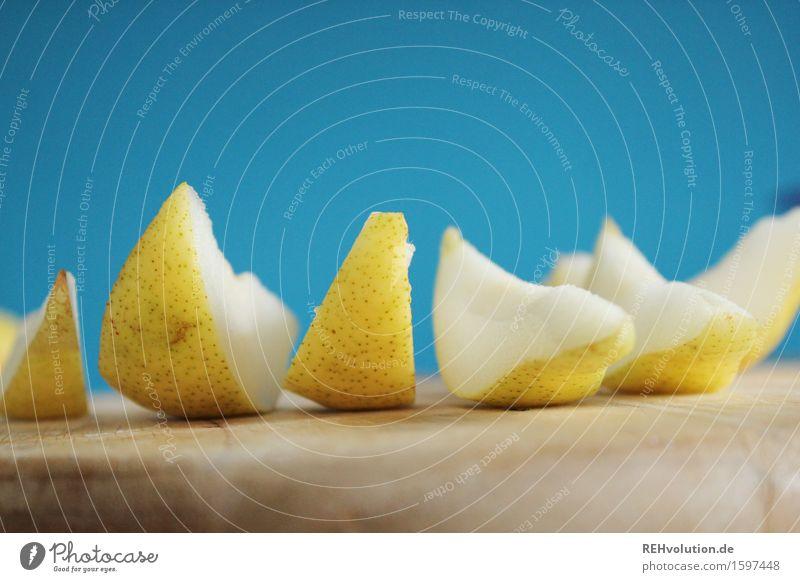 stück für stück Lebensmittel Frucht Bioprodukte Diät Fasten lecker süß Gesundheit Gesundheitswesen Ernährung Essen Schneidebrett geschnitten Snack Birne