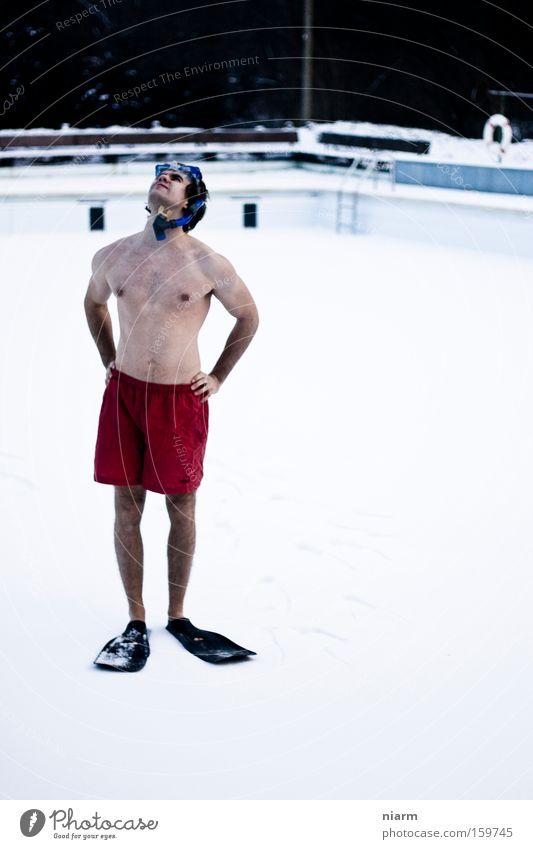 Bruno hält Ausschau nach besseren Zeiten Winter kalt Schnee Schwimmen & Baden Sportler frieren Schwimmhilfe staunen Taucher Badehose Flosse Taucherbrille