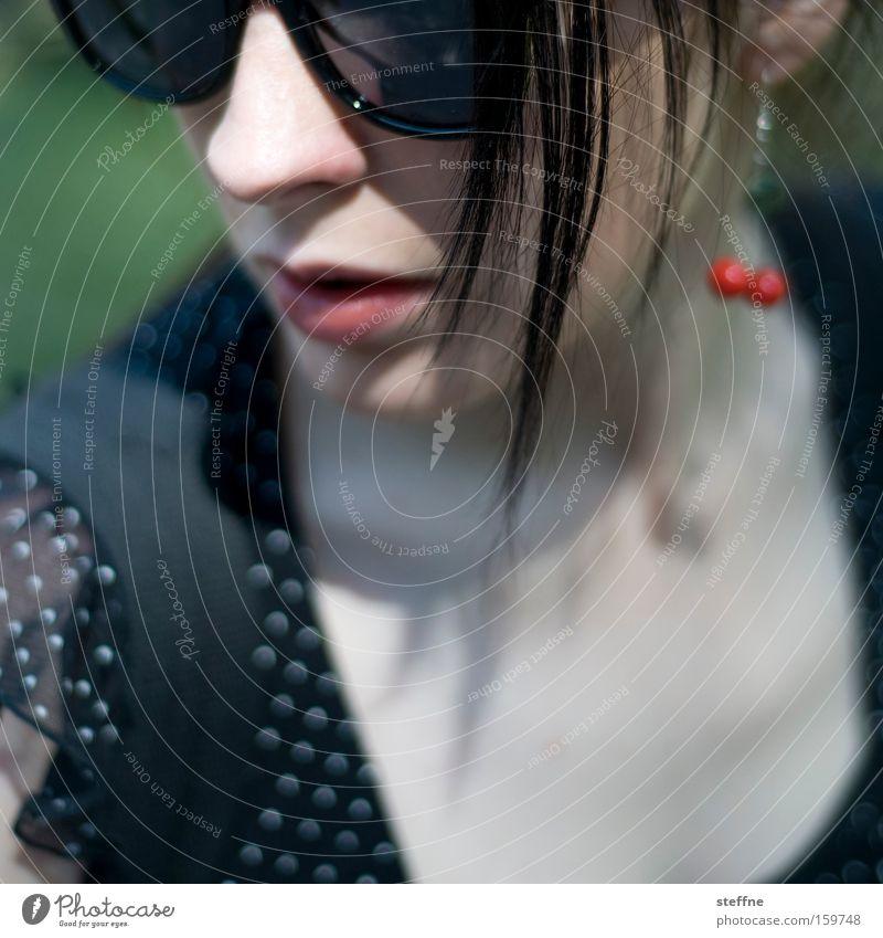 celebrity Frau Dame Diva unerkannt schön Sonnenbrille Tüll Haarsträhne tiefer Ausschnitt Jugendliche