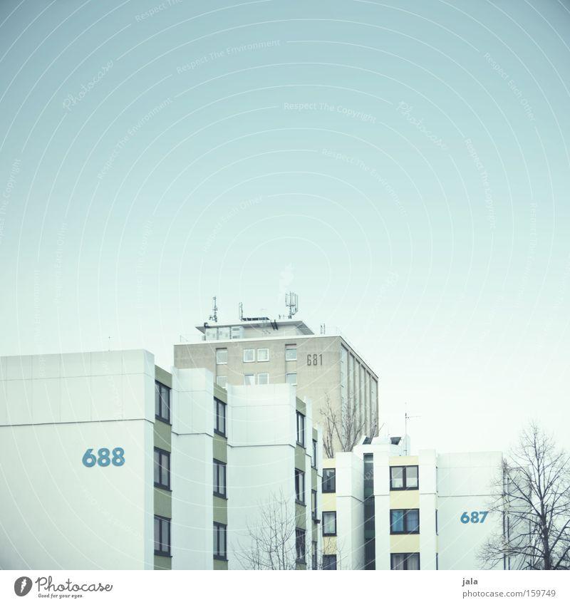 688-681-687 Haus Fenster Stadt Gebäude Ziffern & Zahlen hell Block Wohnung alt neu Fassade weiß grau Häusliches Leben