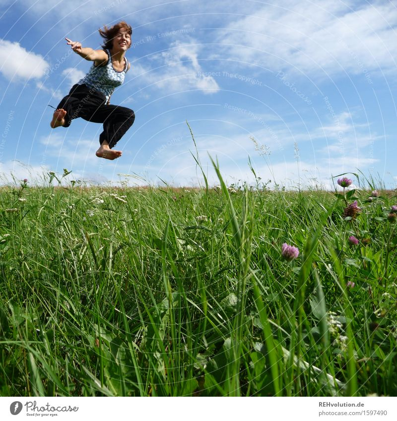 jump Mensch feminin Junge Frau Jugendliche 1 13-18 Jahre 18-30 Jahre Erwachsene Natur Landschaft Himmel Wolken Wiese Bewegung springen frei Fröhlichkeit