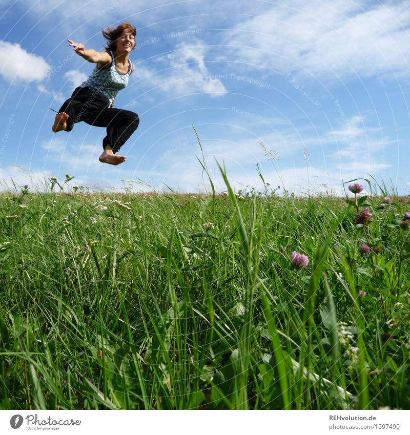 jump Mensch Himmel Natur Jugendliche blau grün Junge Frau Landschaft Wolken Freude 18-30 Jahre Erwachsene Wiese Bewegung feminin Gesundheit