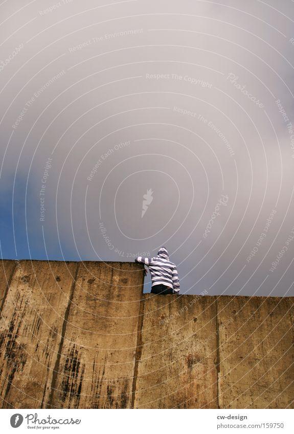 Warum in die Ferne schweifen? Mann Mauer Traurigkeit sitzen Freizeit & Hobby warten Hoffnung Trauer Verzweiflung Typ Pullover Kapuze gesichtslos