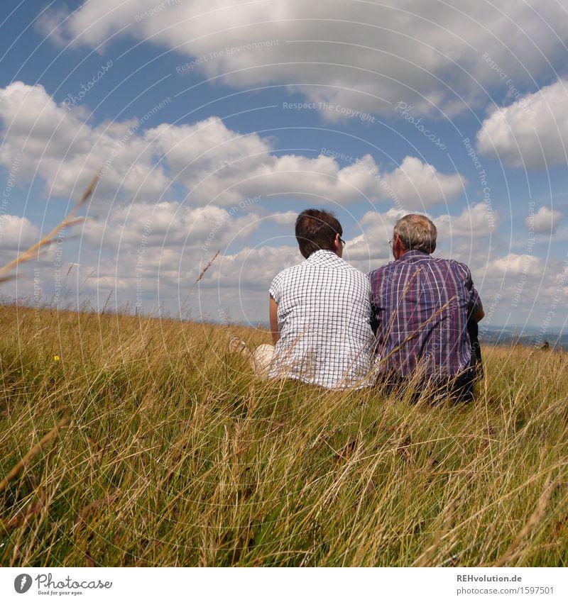 Paar sitzt auf einem Berg mit weitem Horizont Weiblicher Senior Frau Männlicher Senior Mann Großvater Großmutter Partner 2 Mensch 60 und älter Umwelt Natur