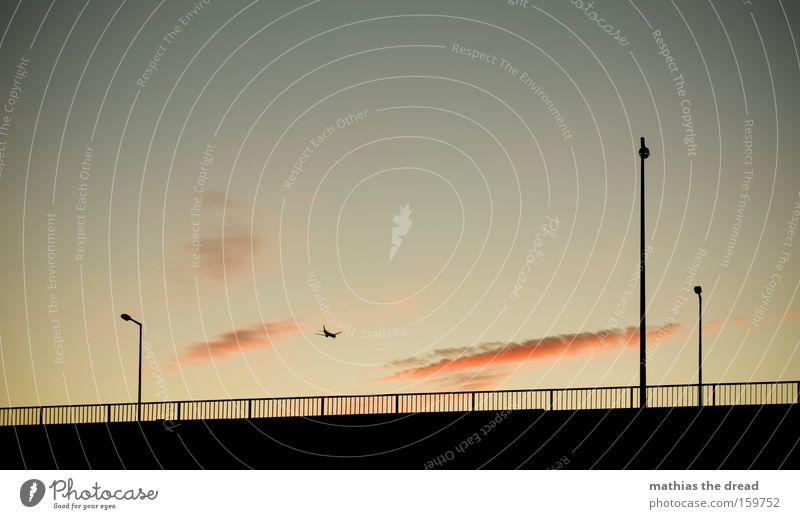 AUF UND DAVON Himmel Natur schön Ferien & Urlaub & Reisen Freude Wolken schwarz rosa Flugzeug ästhetisch Luftverkehr Idylle Laterne Zaun