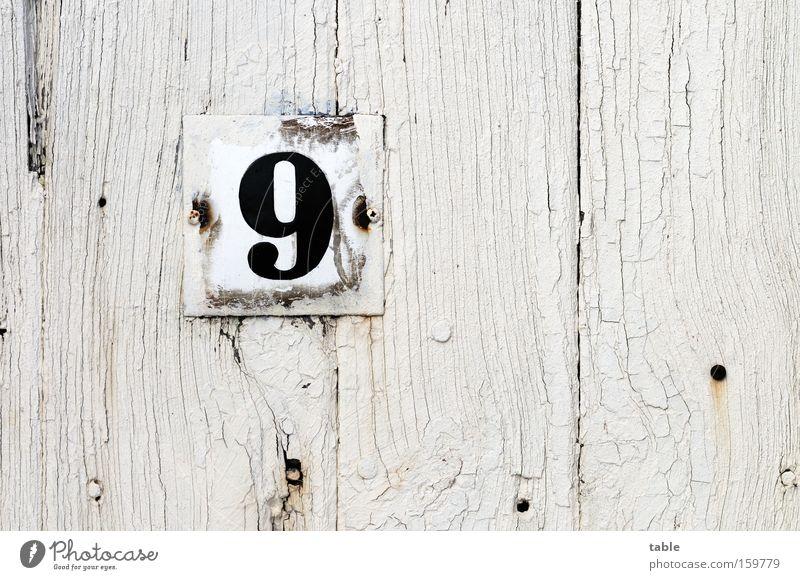 Nr.9 Ziffern & Zahlen Hausnummer Tür Eingang Schilder & Markierungen Hinweisschild Holztür alt verwittert Metallwaren weiß schwarz Handwerk Detailaufnahme