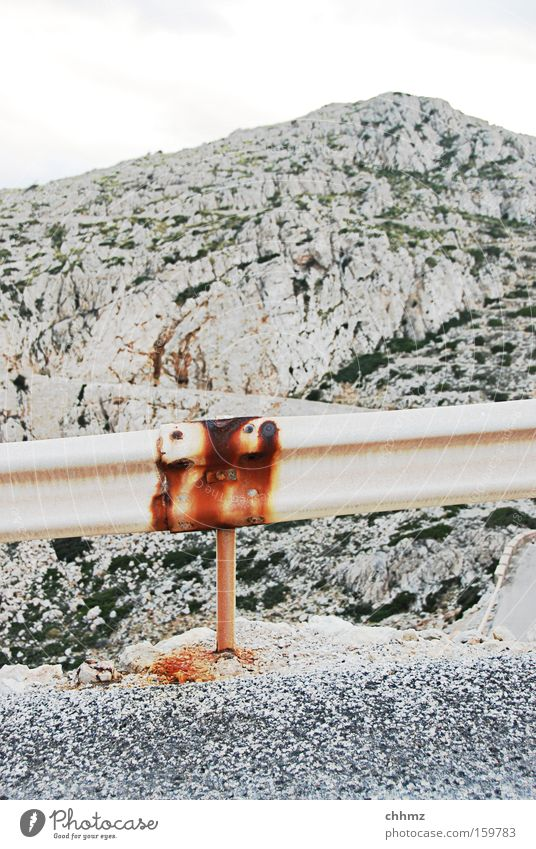 Bergstraße Straße Berge u. Gebirge Verkehr gefährlich bedrohlich Schutz Rost Kurve Teer Absturz Straßenrand karg Pass Leitplanke