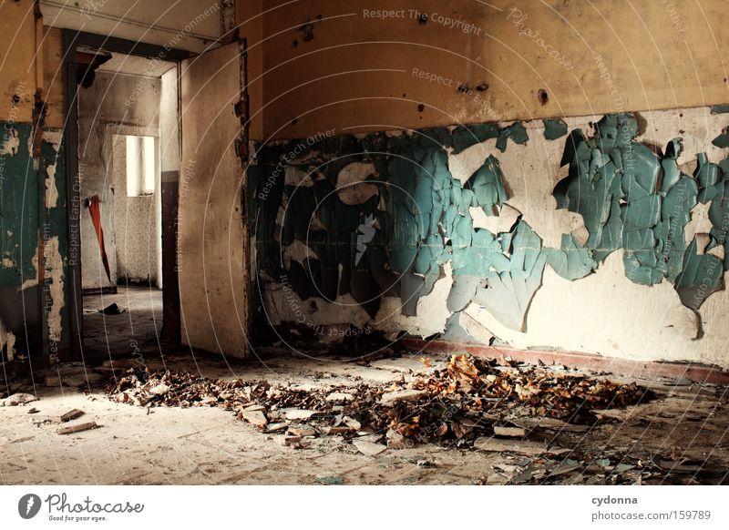 Besenrein? alt Blatt Farbe Leben Raum Zeit Vergänglichkeit verfallen Verfall Zerstörung Erinnerung Örtlichkeit Leerstand Militärgebäude Türrahmen