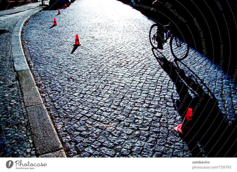 Verkehrsleiteinrichtung Straße Verkehrsleitkegel kegelförmig Kegel Barriere Rotlichtviertel Gegenlicht Sonne Kopfsteinpflaster Katzenkopf Fahrrad Bordsteinkante