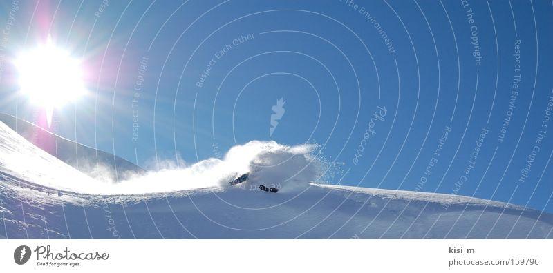 Pure Powderskiing elegant Stil Freude Spielen Sonne Schnee Berge u. Gebirge Sport Wintersport Sportler Skier Snowboard Skipiste Halfpipe Wolkenloser Himmel Eis