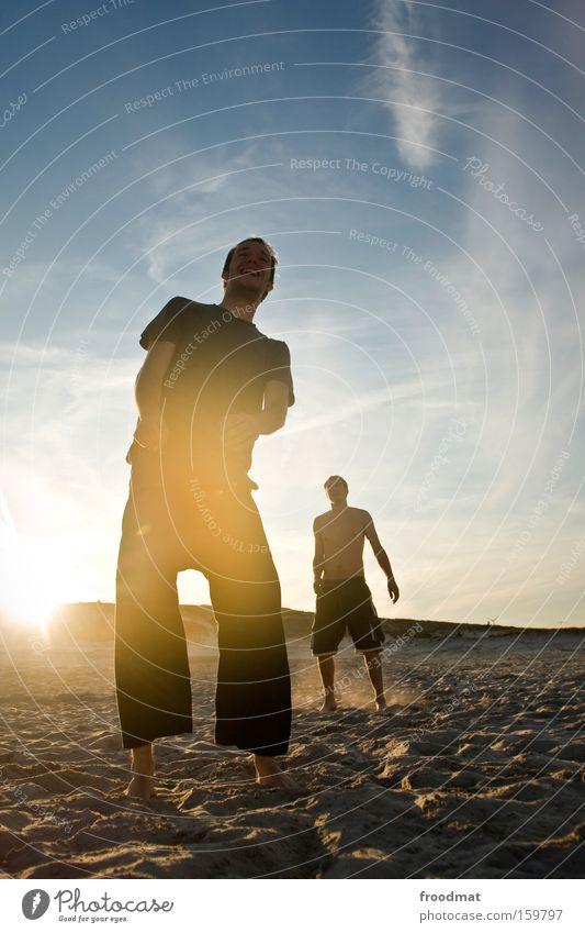 sonniges lächeln Mann Jugendliche Sonne Sommer Freude Strand Wärme lachen Sand warten Coolness Silhouette Barfuß Volleyball