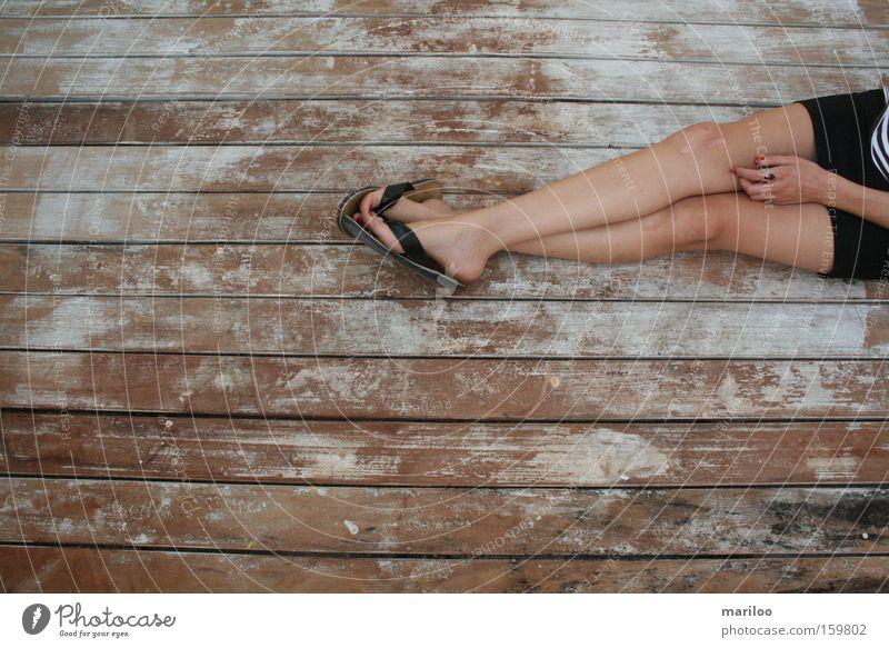 Das letzte Treffen Erholung ruhig Sommer Mensch feminin Frau Erwachsene Beine Fuß 1 18-30 Jahre Jugendliche Natur Wärme Rock Flipflops Holz sitzen dünn