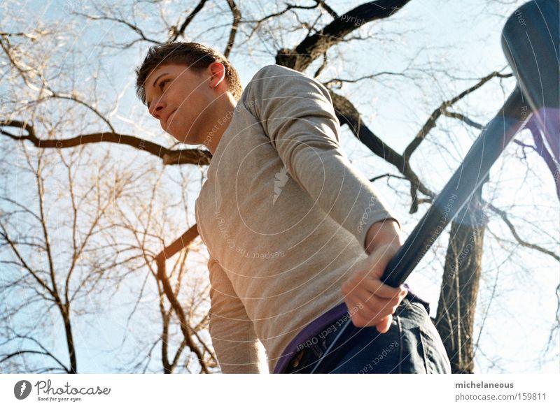 konzentrier' dich da oben! Baum Himmel Sport Konzentration Wärme Sonne Licht Schatten Blick nach vorn Spielen Kraft Erfolg Turnstange Reck Jugendliche