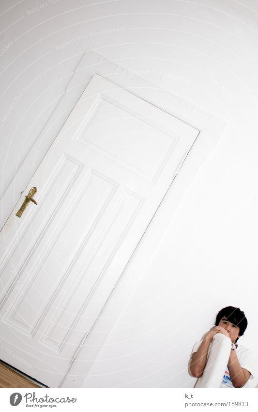 Alles läuft schief. Tür weiß Wand Mann Asiate Stuhl Sorge Trauer Denken Innenaufnahme Verzweiflung Neigung