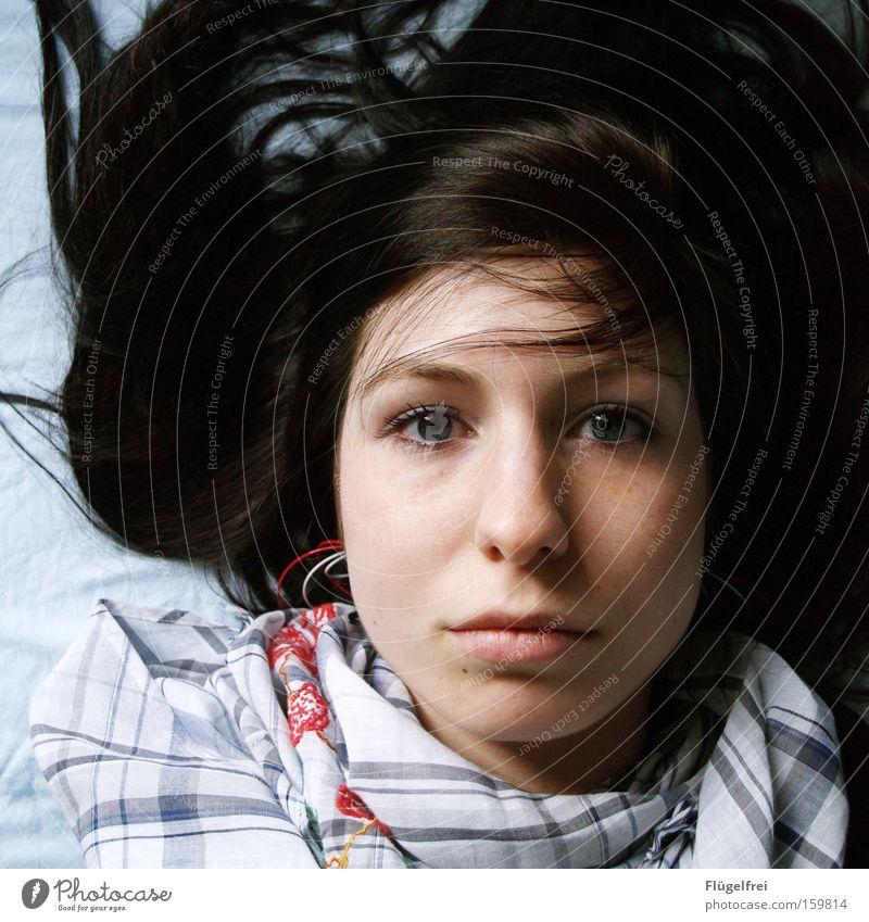 Leere Einsamkeit ruhig kalt Haare & Frisuren Denken leer Trauer Verzweiflung kariert verträumt Symmetrie Schal stumm fixieren