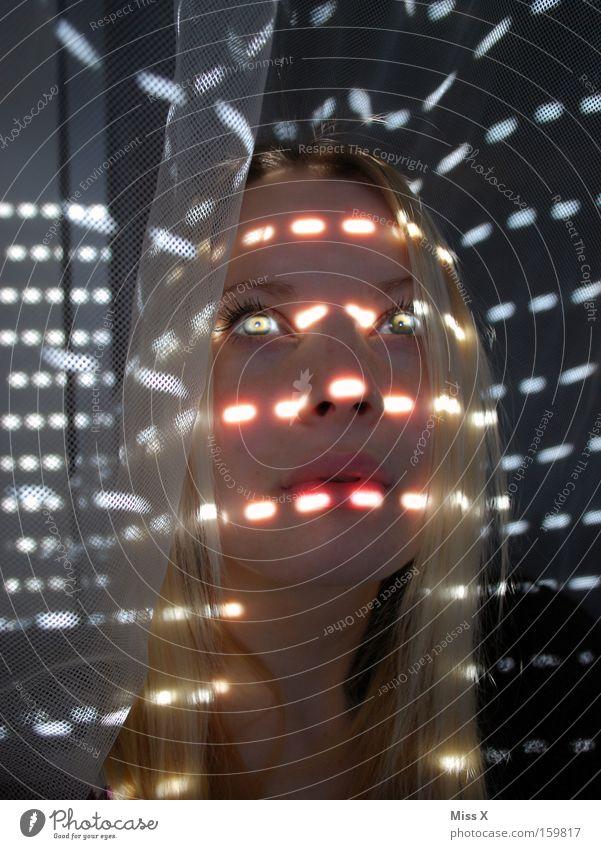 Sonnenstrahlen Frau Auge Fenster Beleuchtung blond Strahlung Vorhang blenden Blick Rollladen