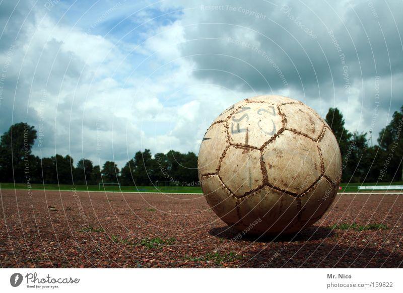 kick it ! Wolken Sport Spielen Freizeit & Hobby Fußball Ball Spielfeld Kugel treten Ballsport Sportplatz Hartplatz