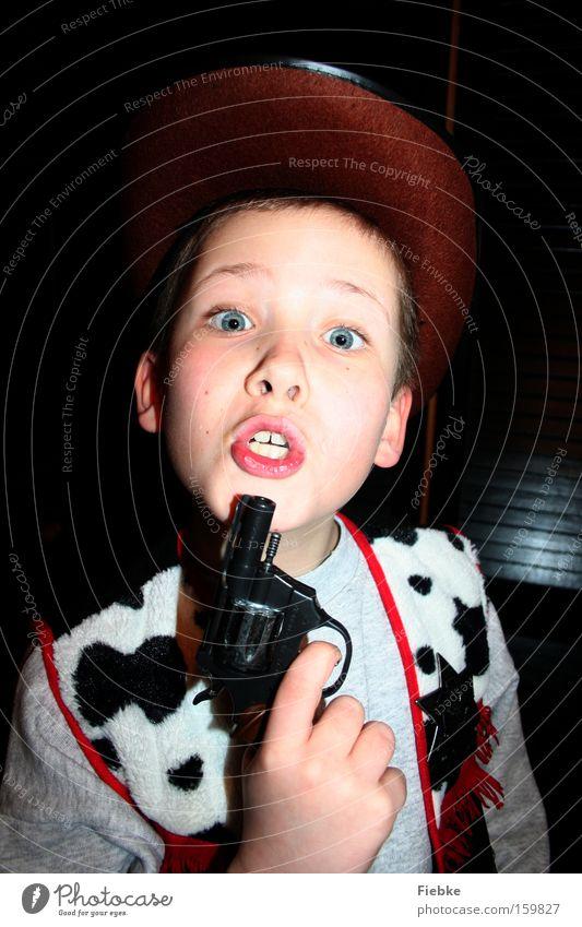 Achtung, das ist ein Überfall ... Kind Freude Spielen Junge Kindheit gefährlich Elektrizität bedrohlich Karneval Wut Ärger Karnevalskostüm Kostüm Pistole Cowboy Problematik