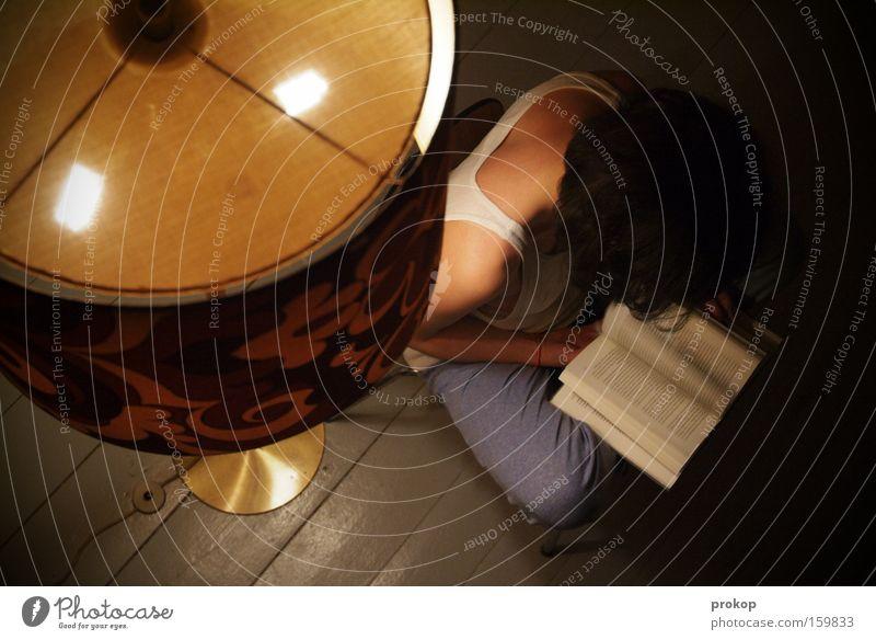 Lesestunde in Feinripp Frau schön ruhig Lampe Erholung Zufriedenheit Buch sitzen lesen Konzentration Roman Printmedien Stehlampe