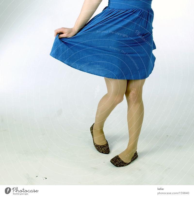 Und wenn sie tanzt... blau Muster Leopard Schuhe Balletttänzer Hand Kleid weiß Leichtigkeit Freude Frau Beine Fuß Tanzen Falte