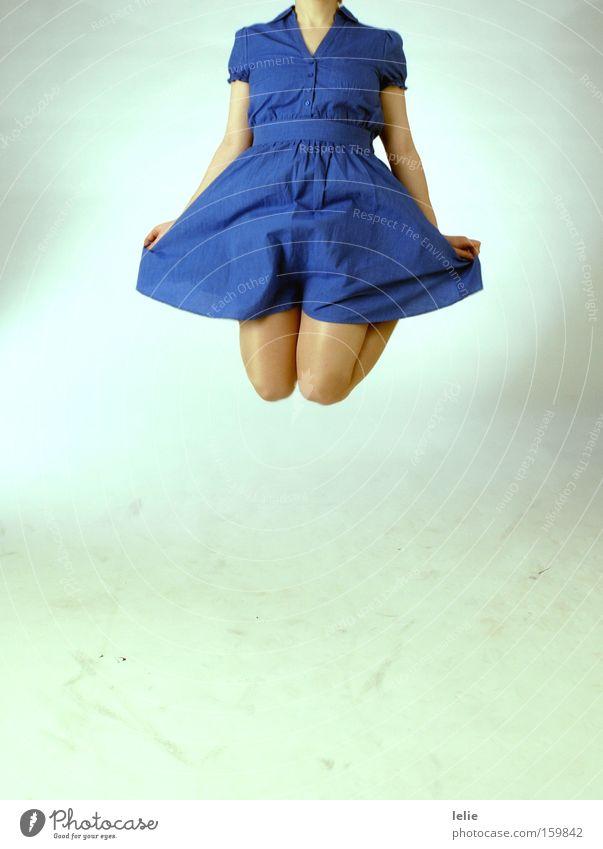 Flieg, Mädchen, Flieg Frau blau springen Freiheit Beine fliegen Kleid Falte Knie kopflos