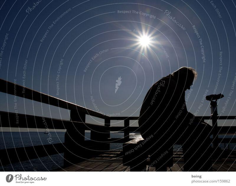 mit dem Rücken zum Meer Männlicher Senior Segelboot Seebrücke Anlegestelle Hafen sitzen gebeugt Denken Sorge notleidend Rauschen Vergänglichkeit Trauer