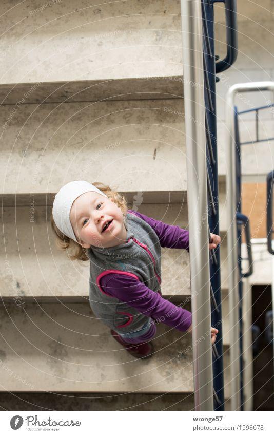 Gleich geschafft Mensch Kind weiß Freude Mädchen feminin grau braun Treppe Fröhlichkeit warten Freundlichkeit violett festhalten Treppenhaus Treppengeländer
